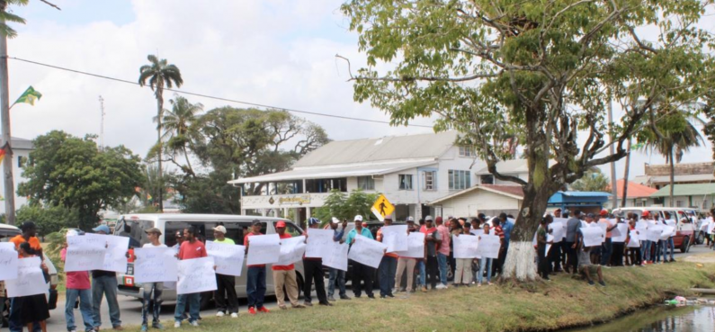 Sugar workers protest while demanding retroactive increase